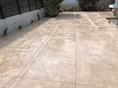 משטח בומנייט דמוי סלע אחרי שטיפה ברחובות