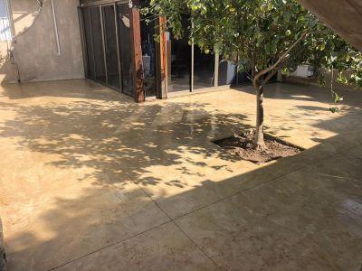 משטח דמוי סלע מאחורי בית בקרית גת