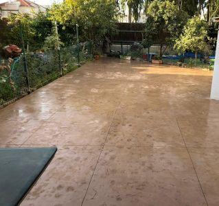 רצפה צבע חום דמוי סלע בגן יבנה