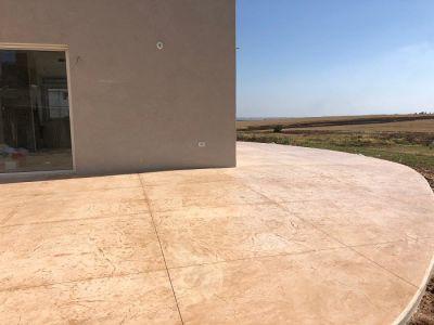 רצפה עגולה צבע חום עדין דמוי סלע