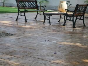 דמוי ריצוף של אבן פראית משתלב נפלא בחצר הטבעית שלכם..